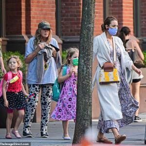 【3世代で大変そう…!?】ブレイク・ライブリーが娘たちと一緒にお出かけ!Blake Lively, daughters James and Inez step out NYC