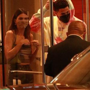 【交際順調…!?】ケンダル・ジェンナーが恋人のデビン・ブッカーとホテルにお出かけ!Kendall Jenner and Devin Booker leave a hotel together