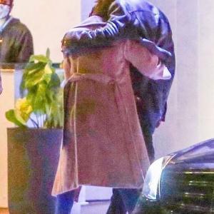 【もたれかかってラブラブ…!?】ジェニファー・ロペスが元彼ベン・アフレックとディナーデート!Jennifer Lopez and Ben Affleck step out for dinner in West Hollywood