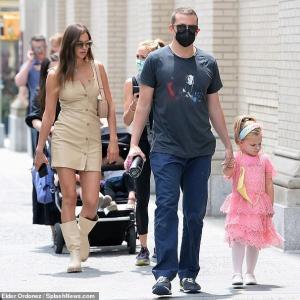 【良い雰囲気…!?】イリーナ・シェイクとブラッドリー・クーパーが娘のリアとお出かけ!Bradley Cooper and Irina Shayk step out with daughter Lea