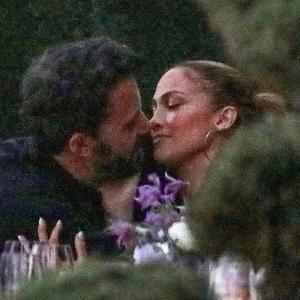 【キスが止まらない…!?】ジェニファー・ロペスとベン・アフレックがディナーにお出かけ!Jennifer Lopez and Ben Affleck step out for dinner in Malibu