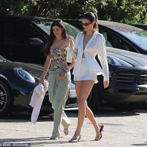 【ブラレスファッションが過激…!?】ケンダル・ジェンナーが友人とランチにお出かけ!Kendall Jenner steps out for lunch with pals
