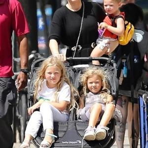 【顔がそっくり…!?】ブレイク・ライブリーが3人の娘を連れてお出かけ!Blake Lively steps out with three daughters in NYC