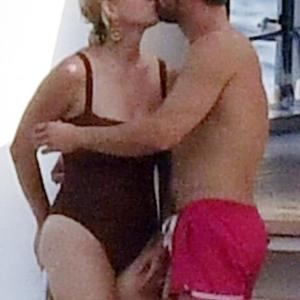 【キスが止まらない…!?】ケイティ・ペリーとオーランド・ブルームがカプリ島でバケーション! Katy Perry and Orlando Bloom on a yacht cruise in Capri