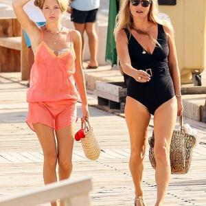 【美脚を披露…!?】ケイト・モスが娘のライラとイビサ島でバケーション!Kate Moss and daughter Lila Grace return from boat trip
