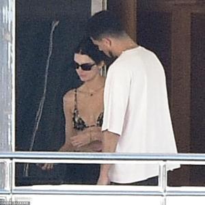 【美スタイルを披露…!?】ビキニ姿のケンダル・ジェンナーが恋人のデビン・ブッカーとバケーション!Kendall Jenner joins Devin Booker on a yacht trip
