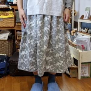 レース刺繍生地のスカート