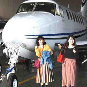 飛行機と一緒に記念撮影