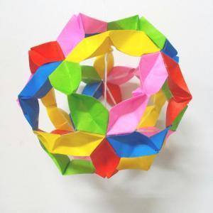 5色の色紙で作った「桜の薬玉」