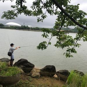 大雨前の駕与丁公園にて久しぶりの釣りです