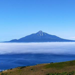 雲海に浮かぶ利尻富士を眺める