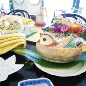 和食器をまとめる盆、折敷。一体感を出す季節の葉。