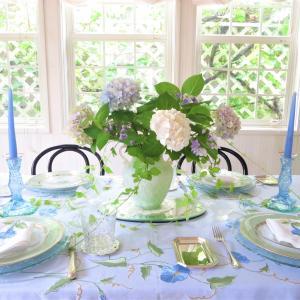 妖精が舞うみずうみのようなテーブルでアイスティーを召し上がれ。
