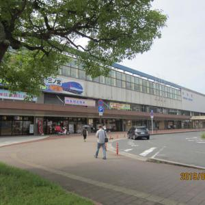 モンスターハンターワールドの砂像が並ぶ鳥取駅前広場