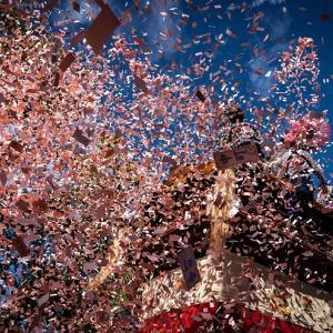 噴出する紙吹雪 - 拳母祭り