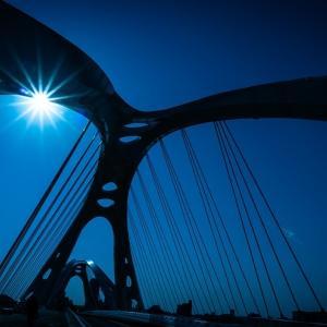 確信犯的に青い空にかかる白い橋