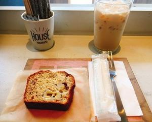 ランチの後はオシャレなカフェでバナナケーキ♪
