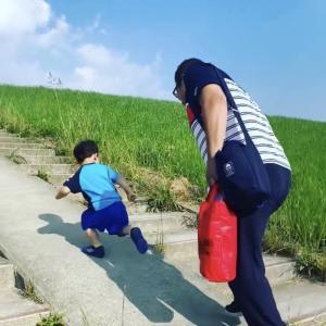 2歳の息子と57歳のパパが坂登り競争 ...勝てない