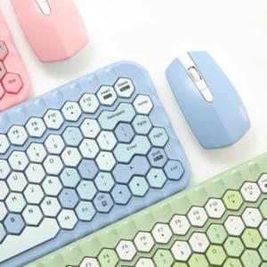 パステルカラーのキーボード「ハニーカラフルキーボード」は、今までありそうでなかったポップなハニカム形状で女性にもぴったりなマウスもセットのキーボード。