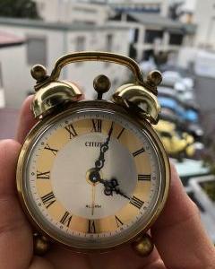 目覚まし時計の秒針音のリズムで熟睡したら、仕事への影響は?