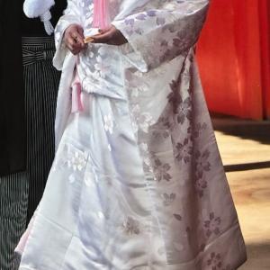 衣裳店に許可を求め、白打掛の裾裏に淡いピンクの裏地を縫い付けた経験