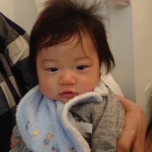 成長曲線よりも大きくて重いです(^o^;)抱っこで手首が痛い。生後4ヶ月のお子様と一緒にご来店