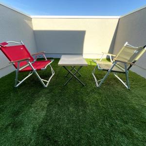 6畳のFRP防水の屋上に水はけの良い床マット付き人工芝を設置