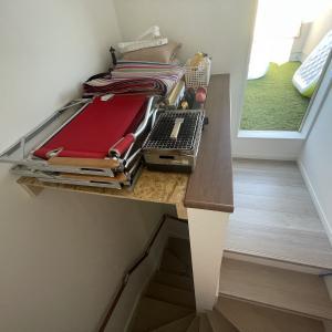 屋上塔屋の階段吹き抜けに棚をDIYして収納力をUPする方法
