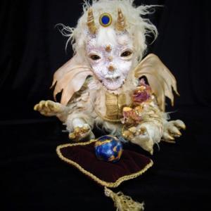 人形と絵の「春」展 出展作品。「ホワイトドラゴンのエルサ」ちゃん。