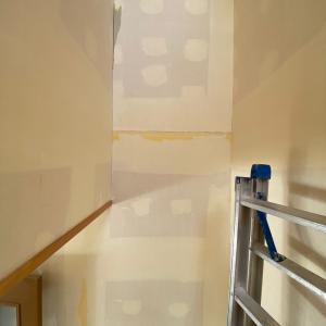 階段の中段あたりのカベって割れてませんか?