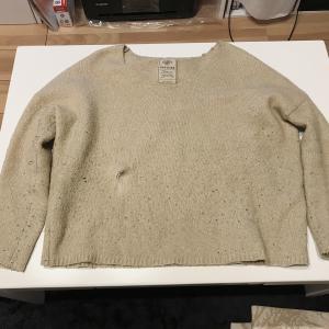 セーターに大穴が空いた。