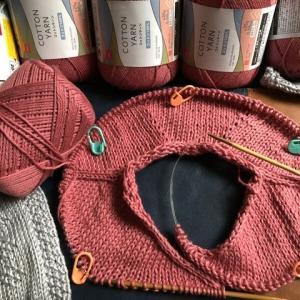 コットンヤーンで首から編み始める