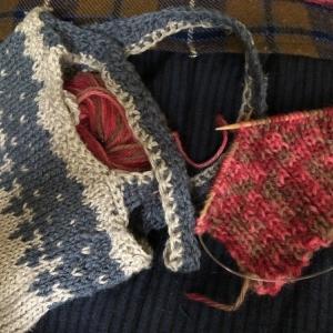 ウール丹前を膝掛けに&暖色系の🧶リブ編みで何か小物を