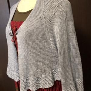 ヒンヤリ涼しげな七分袖の羽織りものを編みたいな…と