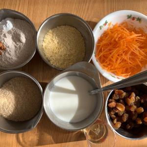 果物と野菜たっぷりの、茶色系の粉で作ったミニマフィン &ドデカパン2種