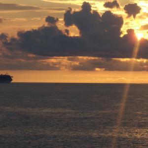南の島に生きて 夕陽に向かって出航する豪華客船