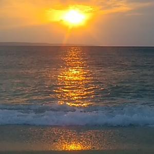 南の島風景10月になると吹き始める季節の北風「ミーニシ」