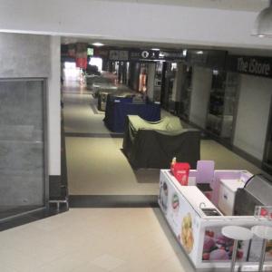 静まりかえったショッピングセンター