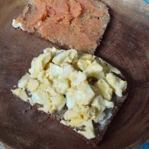 黒パンで朝食落ち着く