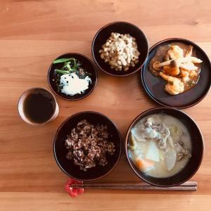 エビチリと粕汁の昼食