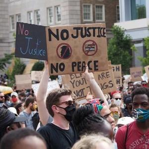 デモ参加者が警官隊を意外すぎるもので攻撃 海外の反応