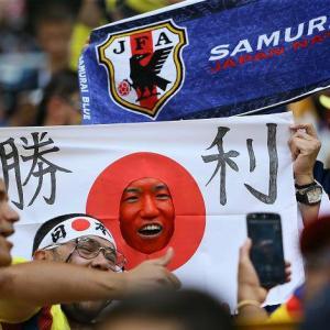 セネガル戦、観客席で豪快なヘディングを決めた日本人が話題に