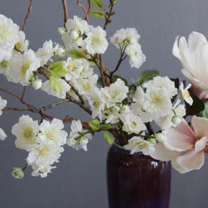 譲り受けた素敵な花瓶に木蓮と桃で和風スタイル