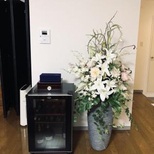 おもてなし心満載の打ち合わせスペースにウェルカムアートフラワー(造花)