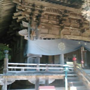 四国霊場・岩屋寺の本堂と大師堂でおつとめをする