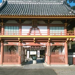 快晴の天気のもと、歩いて四国霊場第二番札所・極楽寺へ向かう