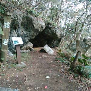 観音窟の隣りにあるのは「捻り岩」