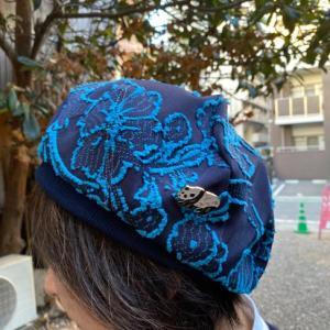 フラワーカットジャカード生地のベレー帽で春のボタニカルで気分を満喫するのだ
