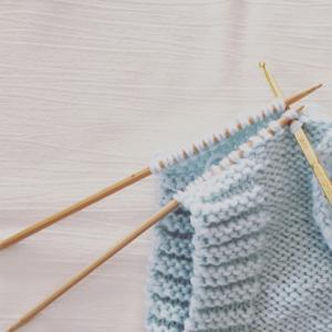 ベビーベストを編み編み