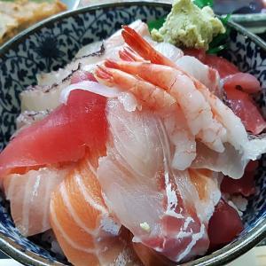 海鮮丼食べ歩き!糸満市西崎にある『優秀(ゆたしく)鮮魚 さかな食堂』超ボリューム満点な海鮮丼をおいしくいただいてきました